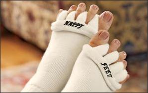 stopy w białych skarpetach separatorach